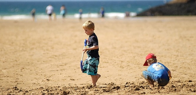 kids-on-beach